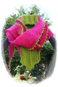 300 gr. Wolle in knallbunten Farben (200 gr. pink, 100 gr. grün), eine Rundstricknadel Nr. 4 und ein leichtes Muster ergeben das Fräulein Farbenfroh. Ein richtiges Gute Laune Tuch. Das Tuch ist auch für Anfänger geeignet. Die Anleitung ist ausgeschrie