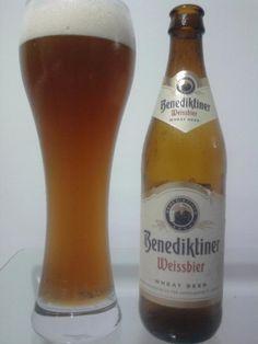 Cerveja Benediktiner Weissbier, estilo German Weizen, produzida por Benediktiner Weißbräu, Alemanha. 5.4% ABV de álcool. Malt Beer, Wheat Beer, Beer Fest, Brew Pub, Brewery, Beer Bottle, German, Beer Bottles, World