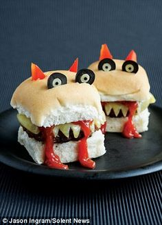 Snack-Idee für ein gelungenes Halloweenfest essen burger Father who created cartoon-themed 'funky lunches' to get his children to eat fruit and veg creates his own party recipe book Plat Halloween, Halloween Food For Party, Halloween Kids, Halloween Treats, Halloween Sandwich, Hallowen Party, Halloween Costumes, Eat Fruit, Fruit And Veg