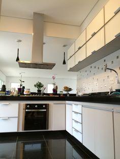 Cozinha em MDF LINEO TEXTIL com portas básculas e gavetas em vidro laqueado branco, excelência e qualidade nas fabricações sob medida.