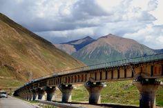 Die Anreise per Zug nach Tibet erfolgt mit der Qinghai-Tibet  Bahn, welche in sich schon eine Sehenswürdigkeit darstellt. Seit der Eröffnung des letzten Streckenabschnitts von Golmud nach Lhasa 2006 zieht die Bahn Reisende in ihren Bann.