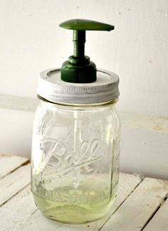 Un joli bocal en verre + un pompe à savon de récup' = un flacon à savon liquide DIY Mason Jar Soap Dispenser