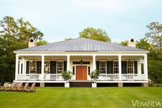 HOUSE TOUR: Gracious Proportions Make For A Grand Home Birdsong, as the farm is called, is just the sort of place you might have found in the early century on Wadmalaw Island, just south of Charleston, South Carolina. The classic Greek Revival–style h Southern House Plans, Southern Homes, Coastal Homes, Lowcountry House Plans, Renovation Facade, Low Country Homes, House In The Country, Country Front Porches, Grand Homes