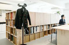 軽井沢「星のや」をはじめ、これまで全国の様々なリゾートホテルや住宅の設計を手掛け、昨年のグッドデザイン賞を受賞した「佐々木達郎建築設計事務所」の佐々木達郎さんに収納に対する思想やルールについてうかがいました。 Interior Work, Interior Design, Work Tools, Architecture Office, Architect Design, Office Interiors, Office Furniture, Bookshelves, Storage
