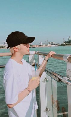 Jin looks for ocean,and não I remember that my nickname is Umi. Umi is equal ocean but in japanese. Bts Suga, Bts Kim, Bts Bangtan Boy, Seokjin, Hoseok, Foto Bts, Bts Photo, Park Ji Min, Wallpeper Tumblr
