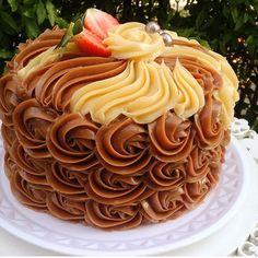 Trabalho de (Work by) @aguanabocasm ------------------------------------------ #confeitaria #cakesdaily #pastrychef #celebration #confeiteiro #party #confeiteira #cake #instagood #dessert #docesfinos #aniversario #bolo #bolos #pastry #topchef #rosecake #cakedesigner #chocolate #patissier #cakedesign #patisserie #festainfantil #chocolatecake #bolodecorado #rosecakes