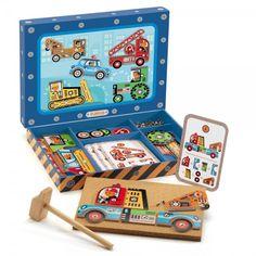 Caja de Djeco compuesta de martillo de madera, clavos, una plancha de corcho, piezas de madera y unas cartas que sirven de modelo para fabricar vehículos