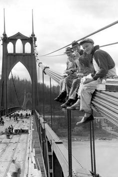 (Construction Workers Lunchtime 1931 St Johns Bridge N. Portland Oregon historic bw photo by Ray Atkeson) Probably my favorite bridge in Portland Vintage Pictures, Old Pictures, Old Photos, Portland Bridges, Famous Pictures, War Photography, Construction Worker, Famous Places, Historical Pictures