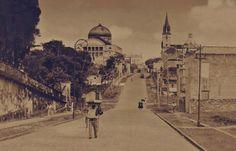 Igarapé do Educandos tendo em perspectiva o bairro de Educandos visto a partir da Ilha de Monte Cristo. Foto tirada na década de 1960. Foto: Silvino Santos. Fonte: Manaus Sorriso.