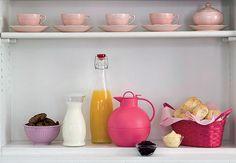 Tire tudo da embalagem. Para o suco e o leite, use garrafas de vidro. Bolachas podem ficar em um pote com tampa. Potes pequenos de vidro são utilizados para a geleia e a manteiga
