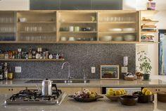mariana wilderom + rafael misato  [ruta arquitetura]  O belo apartamento dos anos 50, localizado na Praça Roosevelt, refletia uma outra organização social e estilo de vida. Cozinha e área de serviço eram espaços totalmente segregados das áreas soci...