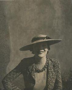 Jean MORAL Mode, chapeaux Edward Molyneux, robe Marcel Rochas et… Marcel Rochas, Molyneux, Carven, The Duff, Sketchers, Jeans, Lady, 1930s, Gloves