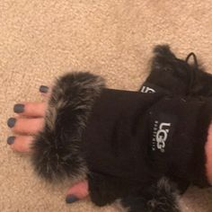 Shop Women's UGG Black size OS Gloves & Mittens at a discounted price at Poshmark. Description: New fingerless gloves. Sold by snastari. Fast delivery, full service customer support.