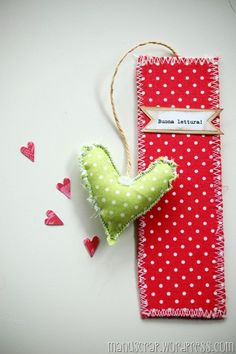 Find images and videos about bookmarks on We Heart It - the app to get lost in what you love. Felt Crafts, Fabric Crafts, Sewing Crafts, Paper Crafts, Creative Bookmarks, Diy Bookmarks, Craft Projects, Sewing Projects, Heart Bookmark