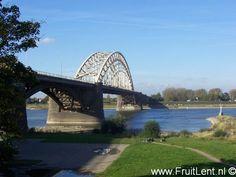 De karakteristieke Waalbrug, die Lent met Nijmegen verbindt, was bij de opening in 1936 de brug met de grootste vrije overspanning van Europa.