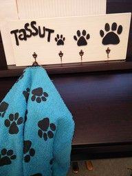 Naulakko koiranhihnoille ja tassupyyhe (Laura Pentikäinen)