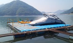 We have installed floating dock for small boat. This allow you to use as safety pathway   for boat passenger.  충주에 설치된 넥스트플로트의 계류장으로 승객의 안전을 위해 설치된 플랫폼입니다.