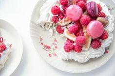 Ready-made meringue cake + macarons and fresh berries = perfect summer cake! // Adalmina's Secret