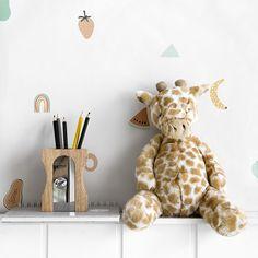 Giraffe peluche / ¡Una jungla de diversión! Esta divertida y achuchable jirafa seguirá a tu peque allá donde vaya, juntos vivirán miles de aventuras ¡seguro que se vuelven inseparables!  Recomendaciones: · Lavar únicamente a mano · No usar secadora · No planchar · No se recomienda limpiar en lavadora Vespa Rosa, Reno, My House, Kitchen, Ideas, Small Space Furniture, Wood Toys, Funny Design, Lightbox