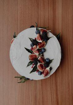 Strawberry Blueberry, Blueberry Cake, Strawberry Cakes, Red Velvet Cake Decoration, Fig Cake, Party Things, Halloween Dinner, Vanilla Frosting, Pomegranates