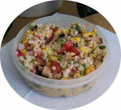 Auch Stefan ist ein Lunchbox-Veganer: bunter Bulgursalat mit Mais, Tomaten, Radischen, Lauchzwiebeln und Rächertofu mit Erdnuss-Balsamico-Dressing