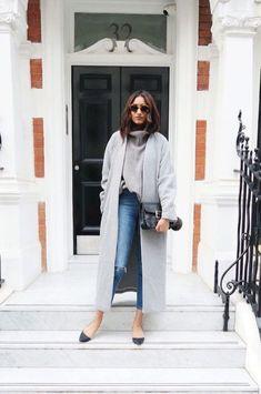 Comment t'habiller à 40ans ? Tous les conseils et idées de tenues sont dans cet article ! #tenuefemme40ans #blogmodefemme40ans #tenuestylée #élégante #manteaugris #jeanskinny #ballerines #Pullgris #Lunettessoleil