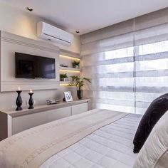 Quarto casal com móvel tv lindo e prático. Home, Home Bedroom, Bedroom Design, House Styles, Tv In Bedroom, Apartment Decor, Home Deco, Interior Design, Interior Design Bedroom