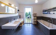 Zwei angenehm ruhige Schlafzimmer jeweils mit #Badezimmer ensuite runden das Raumangebot ab.