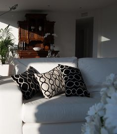 Ático Barcelona  •  TindasProjectInterioristas #diseñointerior #interiordesign #elegante #elegant #blancoynegro #blackandwhite #textura #cojines #cuchions #sofa #salón #livingroom