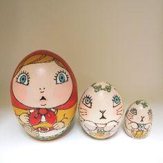 赤ずきんちゃんのマトリョーシカ(卵型3つ組)材料:白木技法:焼き絵、色付け、ニス仕上げ大きさ:高さ6cm×横3cm×奥行3cm箱付き(外装パッケージはいしていません)~赤ずきんちゃんのマトリョーシカお作りします~
