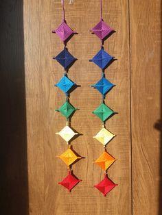Compre Mandala Olho de Deus 7 Chakras no Elo7 por R$ 20,00 | Encontre mais produtos de Decoração parcelando em até 12 vezes | *Descrição *    •mandala mexicana feito de palitos de Madeira,  •linha de crochê  •miçangas    -Esse tipo de mandala conhecida como Olho de Deus é um antigo símbol..., CB16AE 7 Chakras, God's Eye Craft, Art N Craft, Diy Home Crafts, Arts And Crafts, Paper Crafts, Diy Dream Catcher Tutorial, Steampunk Bedroom, Gods Eye