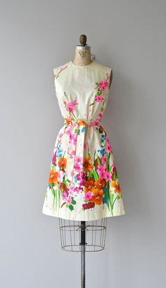Sakura dress vintage dress floral print by DearGolden Vintage Dresses 1960s, Vintage Outfits, Vintage Clothing, 1960s Fashion, Vintage Fashion, Vintage Style, 1960s Outfits, Classic Outfits, I Dress