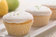 Vocês têm pedido mais receitas veganas aqui no blog, pois aí vai uma receita de cupcake de limão que não leva leite, manteiga ou margarina, ou ovos. É sim