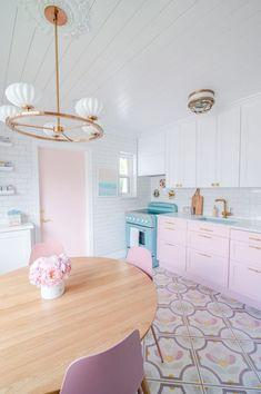 Colorful Kitchen Decor, Kitchen Colors, Home Decor Kitchen, Pink Kitchen Interior, Beach House Kitchens, Home Kitchens, Küchen Design, House Design, Mint Kitchen