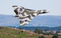 A superb photo of an Avro Vulcan, a British bomber from the early cold war days. This must surely be the most beautiful bomber ever made Military Jets, Military Aircraft, Fighter Aircraft, Fighter Jets, Mustang, V Force, Avro Vulcan, Delta Wing, Navy Aircraft