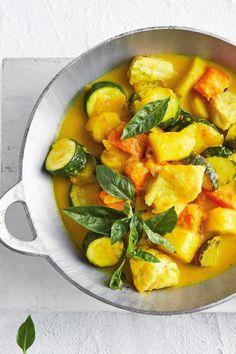 Kokos-Curry: Mit Süßkartoffel-Gemüse-Mix und Fisch - bildderfrau.de Thai Red Curry, Food And Drink, Ethnic Recipes, Potato Curry, Coconut Curry, Indonesian Cuisine, Pumpkin Curry, Yummy Food