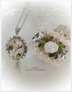 Romantikus, csipkével és gyönggyel szegett karkötő+medál.