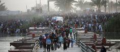"""Heimatlose sunnitische Muslime fliehen aus der irakischen Stadt Ramadi: Der """"Islamische Staat"""" erobert immer mehr Gebiete in Syrien und im Irak. Zuletzt eroberte die Miliz die antike Ruinenstadt Palmyra und kontrolliert nun mehr als die Hälfte Syriens"""
