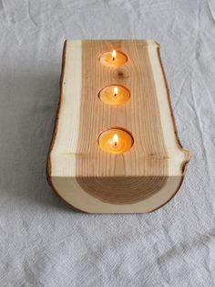 Diese Kerze-Halter gehört zu unserer coolsten geteilten Protokoll-Kerzenständer - es ist reversibel, also hat es zwei große Seiten (eine Seite zeigt sich das Kernholz und Holz Getreide während der andere zeigt die Rinde). Jede Seite hat drei Löcher für Teelicht Kerzen. Er besteht