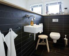 schönes Gäste-WC mit Schiefer Platten und Holzabschluss.