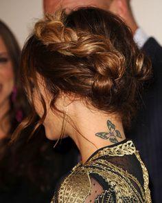 Joli tatouage papillon dans la nuque ♥