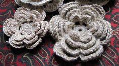 Vi sono moltissimi modi per realizzare rose a crochet  io ne ho fatte di due tipi   le tipiche roselline irlandesi   qui potete vedere uno ...