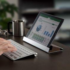 iPad Air 2やiPad mini 3、iPhone 6 PlusやiPhone 6を同時設置可能なスタンド。天然木と高級感のあるステンレスとの組み合わせが美しい、圧迫感を抑えたロースタイルデザイン。ワイドフレームを採用し、店舗レジ用のタブレットスタンドとしても最適。【WEB限定商品】