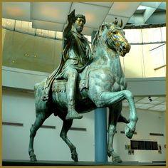 RETRATO ECUESTRE DE MARCO AURELIO.- Es una estatua en bronce, de aproximadamente 3 m., del s.II d.c. Su finalidad era mostrar al emperador como emperador de la tierra siempre victorioso y conquistador. Sin embargo, al no llevar armas o armadura, Marco Aurelio parece transmitir más una imagen de paz que de héroe militar, tal y como él se percibía a sí mismo y a su reino. Por otra parte, monta sin estribos, debido a que el estribo no había sido introducido aún en el mundo occidental.