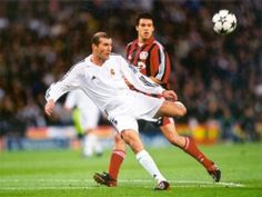 Zinedine Zidane famously scores a volley against Bayer Leverkusen in the 2002 final at Hampden Park in Glasgow Real Madrid Club, Real Madrid Football Club, Football Is Life, College Football, Zinedine Zidane, Best Football Players, Soccer Players, Premier League, European Soccer