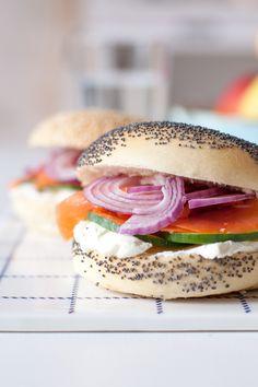 Lachs-Bagels - Es gibt Schnittchen Schneewittchen | tastesheriff Yummy Recipes, Bread Recipes, Monkey Business, Pulled Pork, Sandwiches, Salmon Burgers, Bagel, Hot Dogs, Cravings