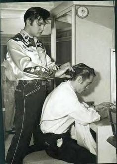 Elvis Presley helping Johnny Cash with his hair #elvis #cash #elvispresley #johnnycash