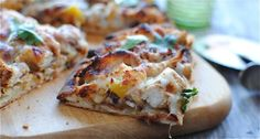 Tandoori Chicken Naan Pizza - Made this again tonight. Super easy, very tasty, and a nice break from regular pizza! Tandoori Pizza, Naan Pizza, Pizza Pizza, I Love Food, Good Food, Yummy Food, Great Recipes, Dinner Recipes, Sweets