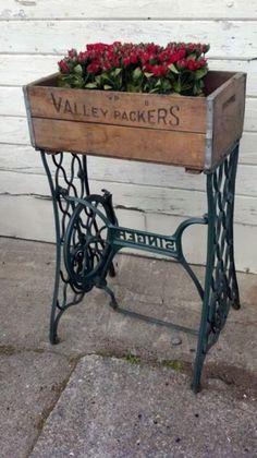 Нескучное основание для кашпо из старинной подставки для швейной машинки.