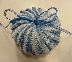 Leuk zeepzakje met patroon Crochet Doilies, Free Crochet, Knitted Hats, Free Pattern, Diy And Crafts, Crochet Earrings, Crochet Patterns, Crochet Ideas, Projects To Try